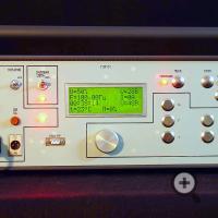 Передняя панель и индикатор генератора