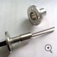 Датчик FIZEPR-SW100.11.41, закрепленный на держателе с фланцем