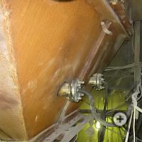 Крепление зонда влагомера на бункере со стороны измерительной ячейки зонда